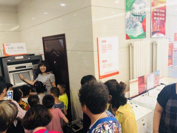 哈行工作人员展示ATM机